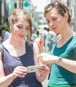 キャッシュレスで日本観光を楽しむ外国人観光客